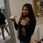 Marie zeigt an wie ihr das Essen schmeckt