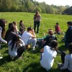 Gamze erklärt den SchülerInnen die Regeln des Spiels