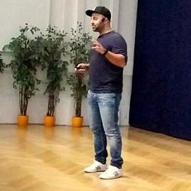 Ali Mahlodji zu Gast am BRG Schuhmeierplatz