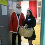 Empfangen vom Weihnachtsmann und seiner Elfe.