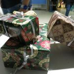 Geschenke zeigen den Weg zum Festsaal.