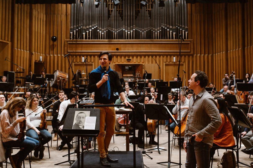 Feuervogel Workshop - Der Dirigent Cornelius Meister, Leonard und auf dem Notenpult der Komponist Igor Stravinsky