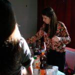 Eine fleißige Mitarbeiterin beim Einschenken der Getränke